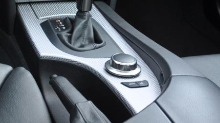 BMW var først ute med menyhjul til infotainmentsystemet. Men   det var i starten bare mulig med to knapper - hovedmenyen eller talestyring.   Sistnevnte var ekstrautstyr ...