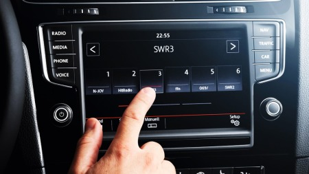 VW har en god og ryddig touch-skjerm, som også fungerer bare   om du peker på den ...