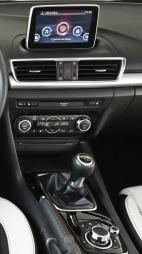 Nye Mazda 3 har både menyhjul OG touchskjerm. Men vi mener systemet   ville fungert akkurat like bra uten touch-muligheten.