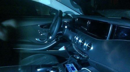 Interiør-foto er også mulig, når man får sjansen til å komme nært nok. Dette Mercedes-dashbordet er dominert av store skjermer. (Foto: Privat)