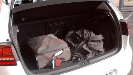 For å få plass til batterier er gulvet flyttet litt opp, men plassen i bagasjerommet er allikevel god. (Foto: Benny Christensen)
