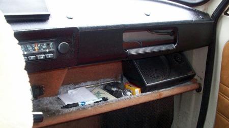 Riktignok er det bare én mono-høyttaler på radioen, men den er til gjengjeld av solid dimensjon der den ligger borte i hjørnet på dashboard-hylla... (Foto: Finn.no)