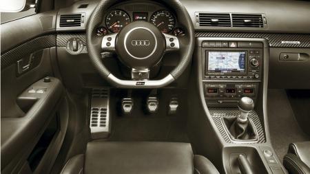 Innvendig er det typisk Audi - solid, oversiktlig og tøft. Setene, rattet, RS-logoer og karbonlister utgjør hovedforsdkjellene sammenlignet med en vanlig A4.