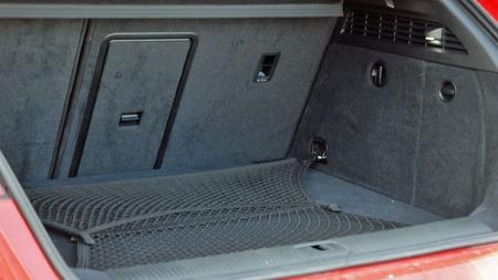 Bagasjerommet imponerer ikke etter bilstørrelsen, her stjeler også quattro-systemet noe plass.