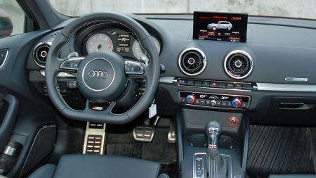 Dashbordet sladrer ikke om at dette er en bil til over 850.000 kroner. Men materialvalg og finishi er av høy klasse.