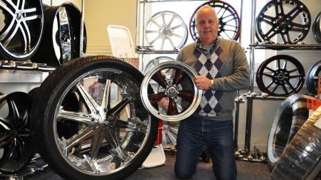 Svein H. Rust er daglig leder og gründer av Eiker Motorshop - som er en av landets største dekk- og felgforhandlere. Til venstre er en 28