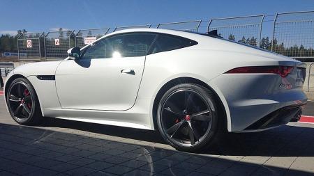 Jaguar-designet er ikke lenger konservativt - langt i fra! F-Type ser ut som en fullblods sportsbil, og er det også!