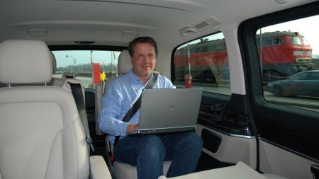 Broom-redaktør Knut er på jobb i Tyskland - her noteres førsteinntrykkene av nye Mercedes V-klasse.