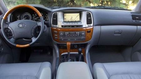 Innvendig har Lexus tilført bilen en ekstra dose luksus. LX 470 var også tilgjengelig med veldig mye fint ekstrautstyr.