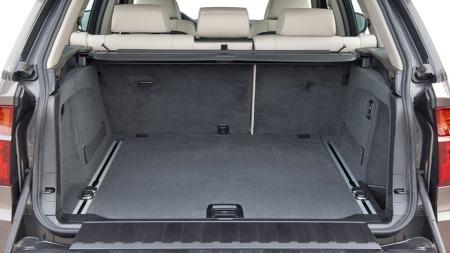 Stort bagasjerom - og mulighet for to ekstra seter - gjør at X5 er en ypperlig familiebil. Med baksetene opp er det 620 liter til rådighet - som øker til 1750 om du legger ned bakseteryggen.
