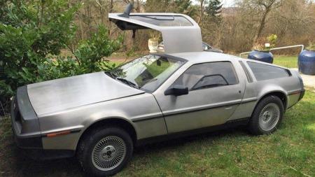 I samlingen inngår også en DeLorean DMC 12, en automatgiret   utgave som til forskjell fra mange slike biler faktisk har en god del   miles på telleren. (Foto: Campen Auktioner)