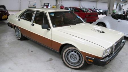 En 1983 Maserati Quattroporte er ikke en bil som er lett å overse,   ei heller om den har mer tradisjonelt fargevalg enn bilen som den danske   baker-millionæren ifølge ryktene skal ha kjøpt fra selveste Berlusconi...   (Foto: Campen Auktioner)