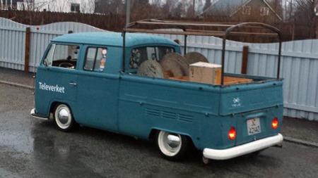 Den flotte gamle arbeidsbilen skal snart få original presenning på stativet over planet, og eieren er på utkikk etter enda flere autentiske gamle Televerket-tilbehør å ta med seg i