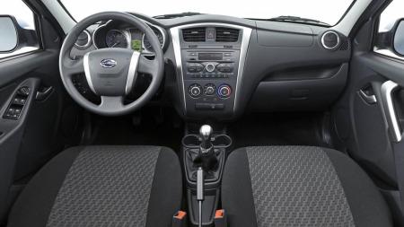 Interiøret er av den enkle og ikke akkurat påkostede sorten. Men det ser funksjonelt og praktisk ut. Tross prisen er bilen heller ikke ribbet for utstyr.