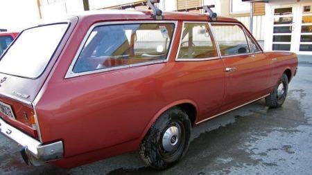 Bilen har vært bruksbil hos samme eier helt siden 1972. Det kan antyde at den har vært holdt i grei stand - og litt lakkforskjeller her og der støtter også mistanken om at det har vært skiftet litt skjermer og slikt underveis. (Foto: Finn.no)