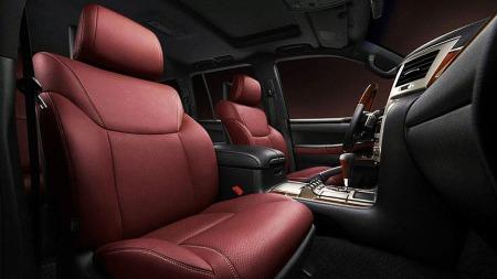 Mørkerødt skinninteriør har på mange måter blitt et Lexus kjennemerke på toppmodellene.