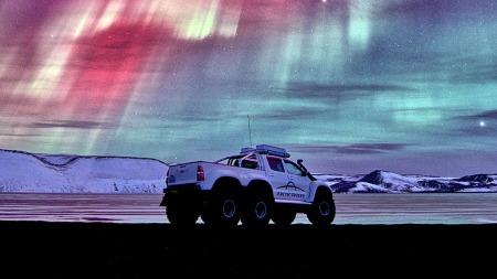 På tur til eksotiske strøk med underlag av snø og is med vakkert nordlys over (Foto: Arctic Trucks )