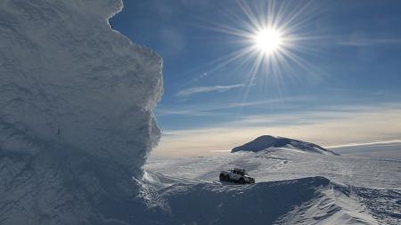 Det kan være langt mellom bensinstasjonene i grissgrendte strøk  (Foto: Arctic Trucks )