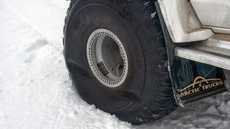 Lavt lufttrykk i dekkene og dermed lavt marktrykk er trikset ved kjøring i løs snø.  (Foto: Arctic Trucks )