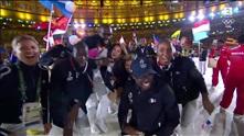 Dansende glade franskmenn på avslutningsseremonien