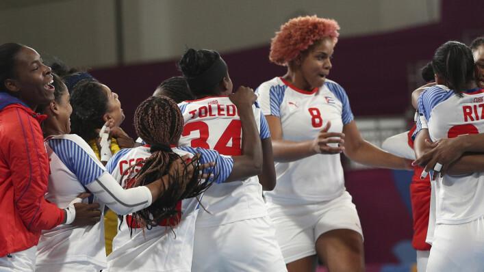 Het Cubaanse handbalteam voor dames viert zijn 24-23 bronzen medaille-overwinning op de Verenigde Staten tijdens de Pan American Games in Peru, Lima op dinsdag 30 juli 2019.  (AP Foto / Juan Carita)