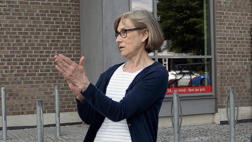 Irene sto kun en drøy meter fra bilen hvor en kvinne i baksetet stirret på henne. Irene mener denne kvinnen var Anne Elisabeth Hagen.