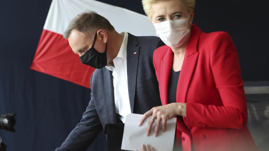 AVGA STEMME: Sittende president Andrzej Duda og kona Agata ga sine stemmer i et valglokale i Krakow.