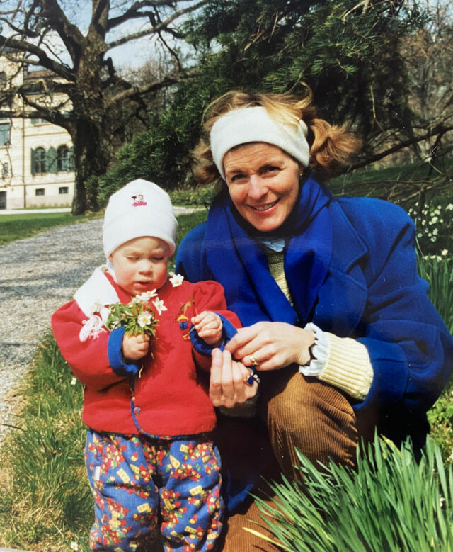 Vicino a mia madre.  Mel Marie Tricho voleva crescere i suoi figli nel modo più naturale possibile, con il minimo aiuto da parte di estranei.  La figlia Victoria ricorda che hanno trascorso molto tempo in giardino.