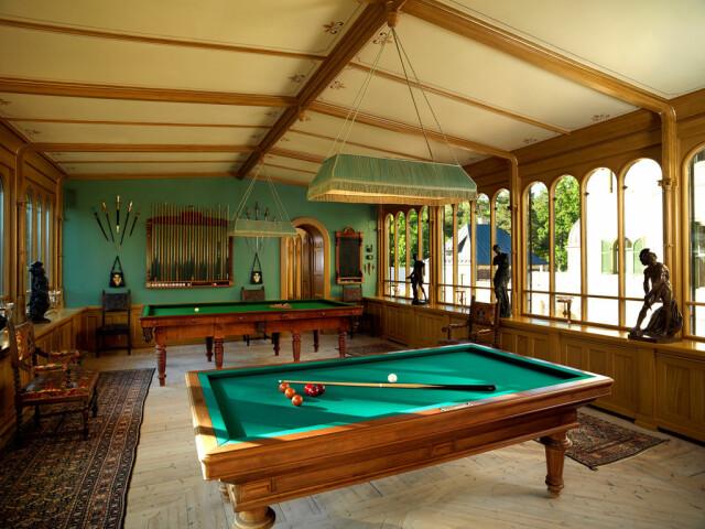 Arte e giochi.  Il castello dispone di diverse aree di gioco e attività come una sala biliardo, una piscina e un campo da tennis.