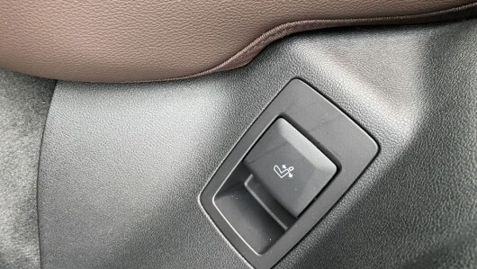 With this button you can lean more back, also in the back seat.