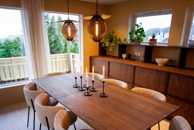 GRANDE SPAZIO: il nuovo tavolo da pranzo ha 16 piatti e sedute extra.