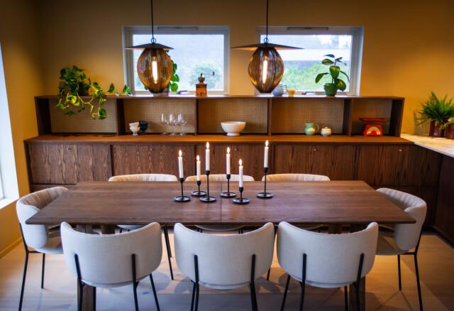 Armadio extra: dove si fermano i sanitari della cucina, la fila di mobili continua nel soggiorno.