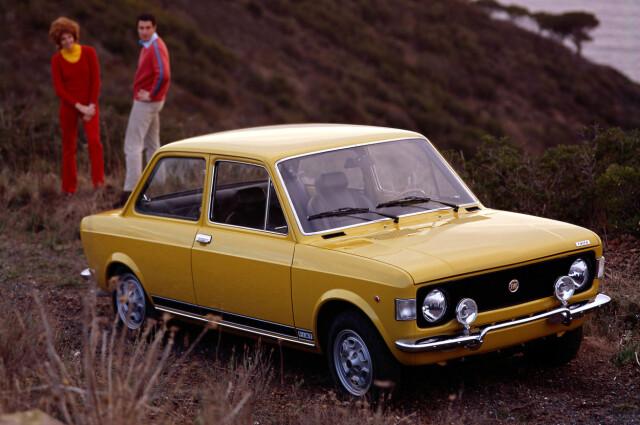Un paio di fari aggiuntivi davanti e un po 'di più, inclinati, quindi l'auto si chiamava 128 Rally.