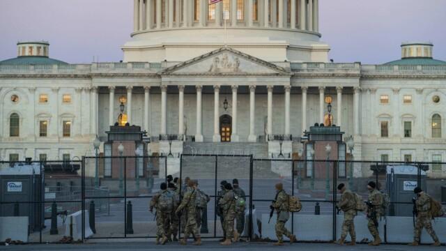 Piggtrådgjerder og soldater markerer USAs Kongress nesten to måneder etter stormen.