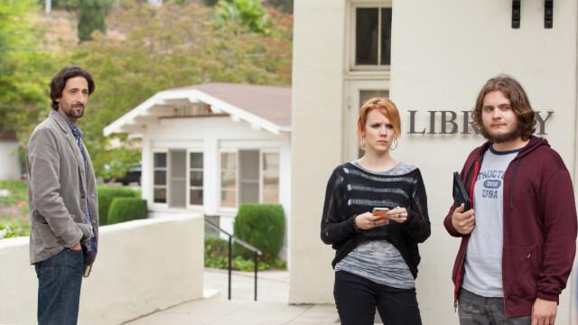Family Face: Adrian Brady, Nina Raouch en Jன்rn Alexander zitten in de set.