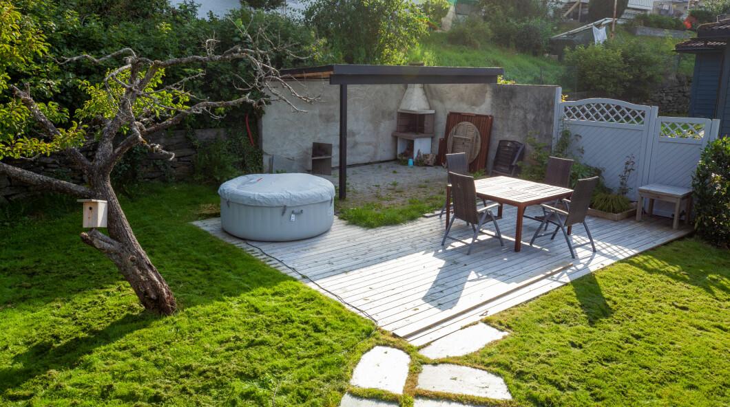 Prima: un piccolo patio stanco senza un piano chiaro.