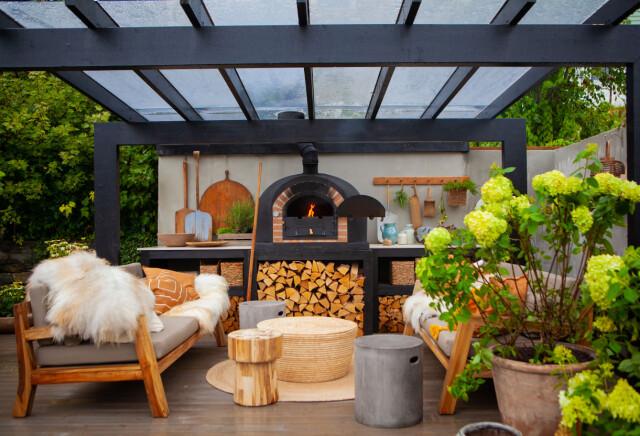 Nuovo tetto: una struttura in acciaio verniciato di nero costituisce la nuova sovrastruttura.