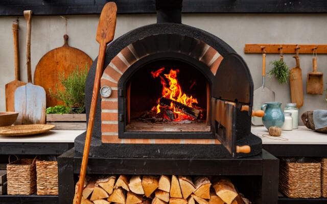 Caldo: questo forno per pizza può diventare molto caldo.  Sotto legna da ardere.