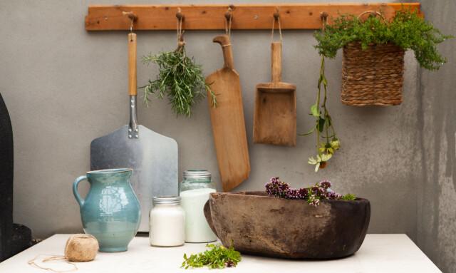 Nuovi e vecchi: nella zona cucina vengono utilizzati vecchi utensili.