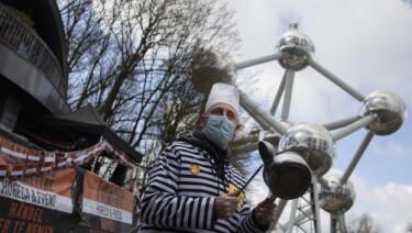 DEMONSTRERER: En mann i fengselskostyme demonstrerer mot koronarestriksjonene i Belgia tidligere i mars.