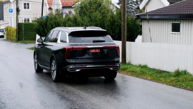 Hier is een van de eerste exemplaren op de Noorse wegen, die binnenkort klaar zal zijn voor vier auto's die per vliegtuig uit China aankomen.