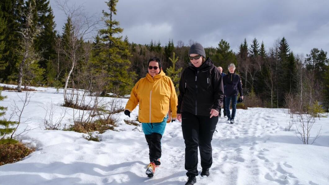 Alle trenger: Elin TV mener det er best å være i en gruppe med andre som har senil demens. Her er han på tur med Elizabeth Hostland, president i Trondheim kommune.