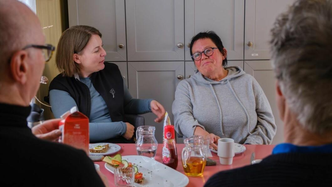 Utmerket service: Elin er veldig glad for å jobbe i Lavolan. Gruppen for yngre funksjonshemmede møtes og snakker om kaffe og brødsmuler. TV-sjef Elizabeth Hostland.