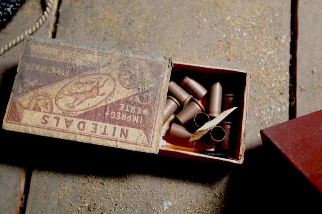 Vecchia scatola di fiammiferi con bossoli usati.