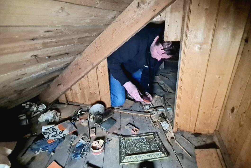 Sundry studia gli oggetti fuori dall'ingresso della Tiny Room.
