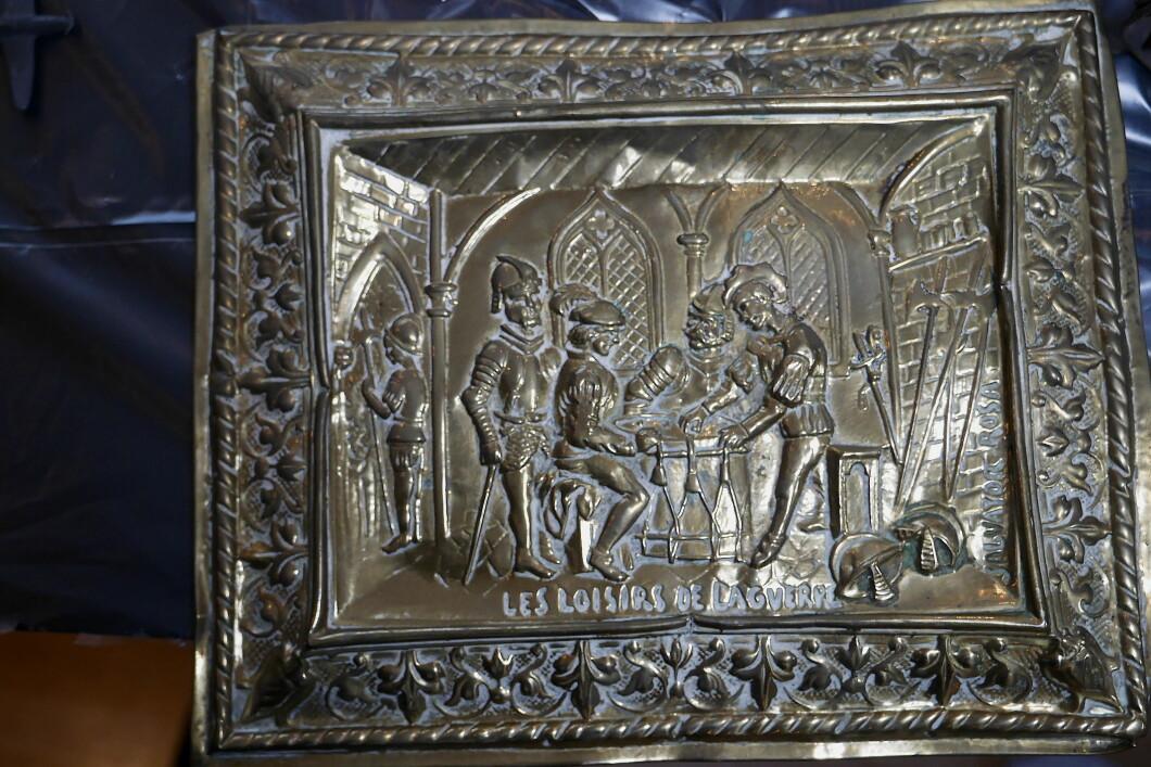 Opere d'arte in metallo incise.