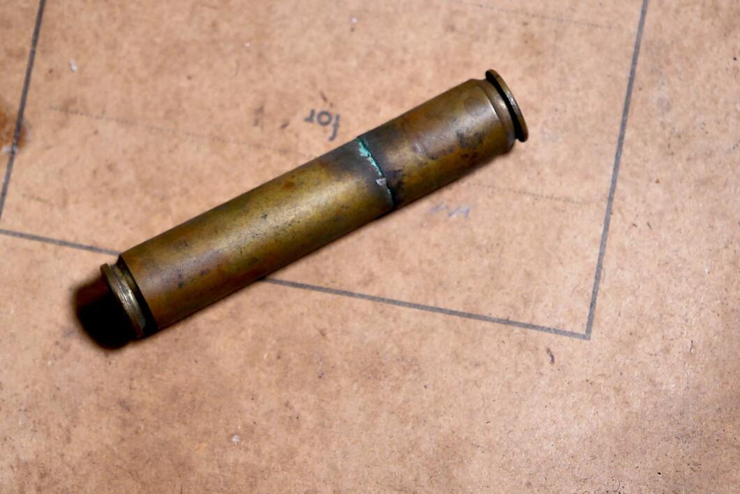 Due cartucce di fucile scattarono, forse da Mauser, e si assemblarono insieme.  perché?  A cosa serve?  C'è qualcosa nascosto dentro?