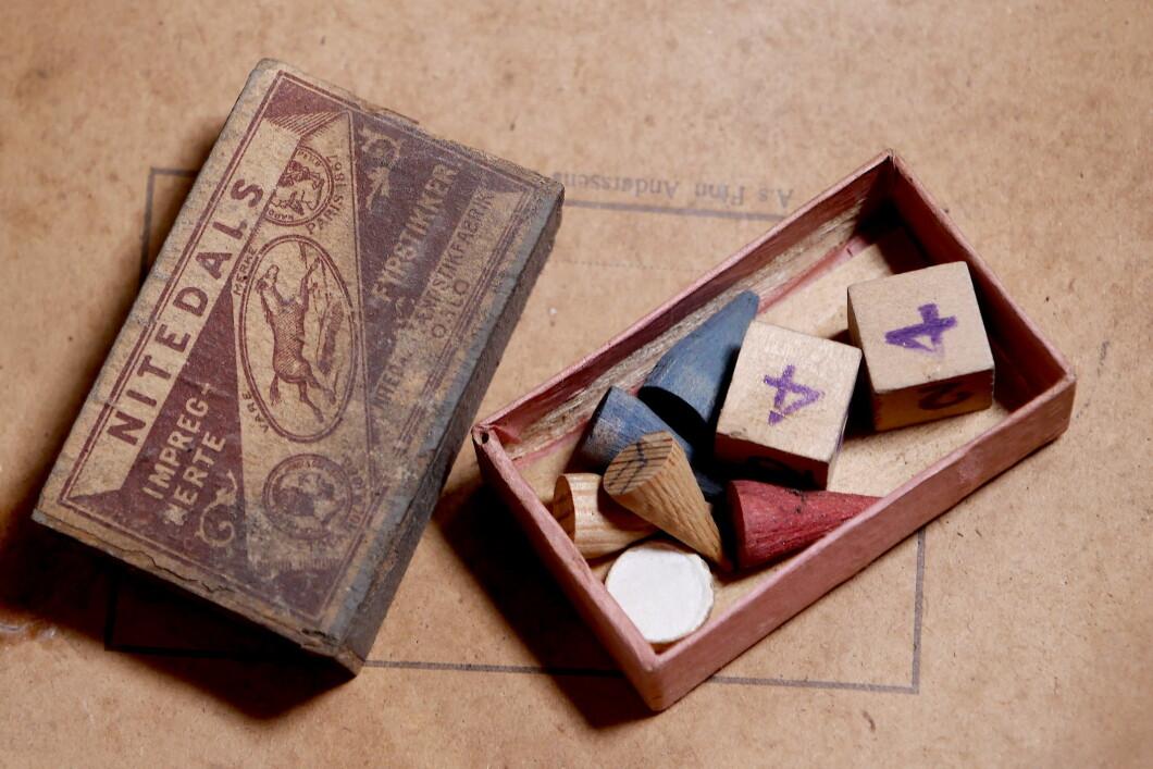 Ci sono pezzi di gioco da tavolo nella scatola di fiammiferi.