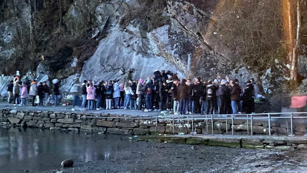 Mange samlet: Det var flere unge mennesker lørdag kveld i Skjoldabukta, Bergen.