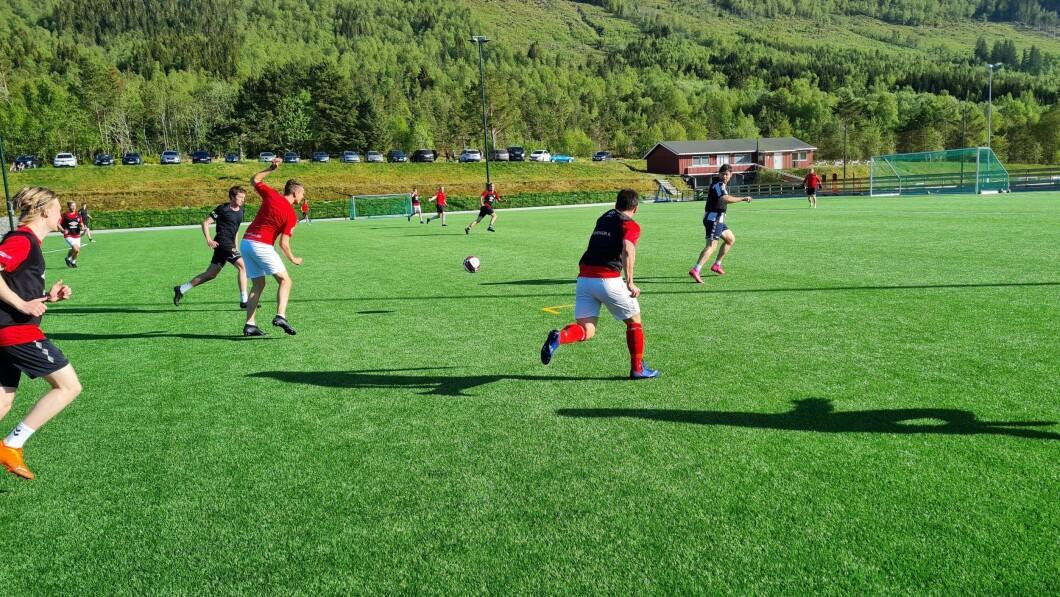 Inizia in tutto il paese: qui da giovedì si allena con un collegamento regolare dal club di quarta divisione Hovdebygda a Sunnmøre.  Foto: privato